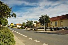 2016/07/07 Brozany nad Ohri, Tjeckien - huvudvägen i de byBrozany nad Ohri ledarna runt om de fyrkantiga Palackeho namnen Royaltyfri Bild