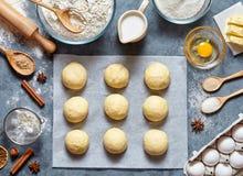 Brötchenteig, der das Rezeptbrot oder -torte machen ingridients, flache Lage des Lebensmittels auf Küchentisch zubereitet Lizenzfreie Stockfotografie