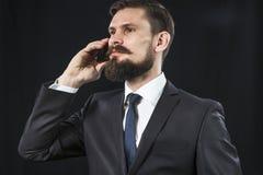 Bärtiger Geschäftsmann, der am Telefon spricht Lizenzfreie Stockbilder