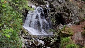 Bruar tranquilo, que calma baja en el perthshire, Escocia durante otoño metrajes