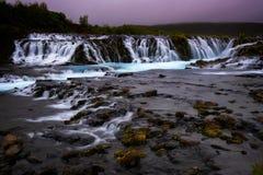 Bruarfoss-Wasserfall Der blaue Wasserfall in Island Stockbilder