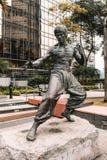 Bruce Lee Statue i trädgård av stjärnor i Hong Kong fotografering för bildbyråer