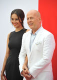 Bruce Willis & Emma Heming royaltyfri foto