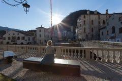 Bruch auf der Bank, die alte italienische Stadt besichtigt Stockbild