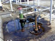 Bruch des Öls im Steinbruch eines Entwässerungsbehälters für pumpendes Abwasser lizenzfreie stockfotos