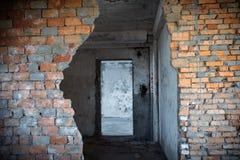 Bruch in einer alten Backsteinmauer Stockfoto