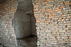 Bruch in einer alten Backsteinmauer Lizenzfreies Stockbild