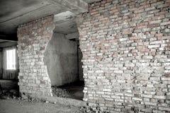 Bruch in einer alten Backsteinmauer Stockbilder