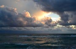 Bruch im stürmischen cloudsover die Meereswellen lizenzfreie stockbilder