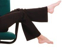 Bruch von der Arbeit Bloße Füße der Geschäftsfrau Lizenzfreie Stockfotografie