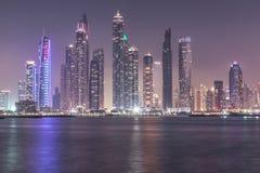 Bruch von Dubai-Jachthafenbezirksskylinen nach Sonnenuntergang Dubai, UAE Stockfotografie