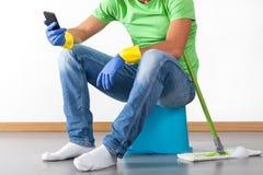 Bruch während der Hausarbeit Stockfotos