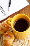 Bruchfrühstück mit Hörnchen und Kaffee Stockbild