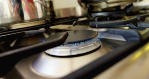 Bruciando su una stufa di gas nella cucina 4k archivi video