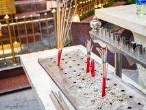 Bruciaprofumi di acciaio inossidabile in tempio, Bangkok, Tailandia fotografia stock
