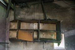 Bruciato accantoni sulla parete nella stanza della casa abbandonata Fotografia Stock Libera da Diritti