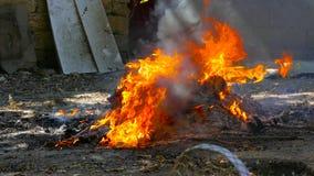 Bruciato fuori inforni con plastica video d archivio