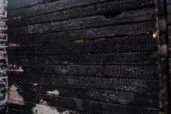 Bruciato male, la fine della parete della casa su immagini stock