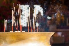 Bruciatore di incenso in un tempiale cinese immagini stock libere da diritti