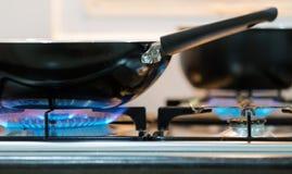 Bruciatore a gas della cucina con la fiamma blu Fotografie Stock Libere da Diritti