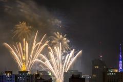 Bruciatura dei fuochi d'artificio durante il Reveillon nel Brasile Fotografia Stock