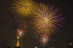 Bruciatura dei fuochi d'artificio durante il Reveillon nel Brasile Fotografie Stock