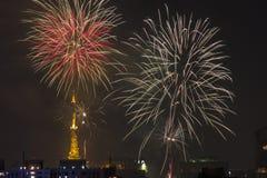 Bruciatura dei fuochi d'artificio durante il Reveillon nel Brasile Fotografia Stock Libera da Diritti