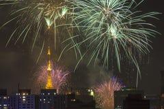 Bruciatura dei fuochi d'artificio durante il Reveillon nel Brasile Fotografie Stock Libere da Diritti