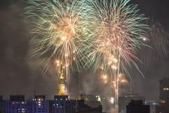 Bruciatura dei fuochi d'artificio durante il Reveillon nel Brasile Immagini Stock
