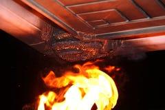 Bruciatura del nido dei orientalis della vespa sotto la gronda Fotografia Stock Libera da Diritti