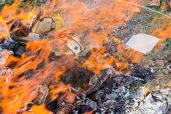Bruciatura della carta dei soldi e della carta dell'oro per il fantasma cinese Fotografia Stock