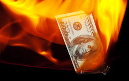 Bruciatura delle cento banconote in dollari Fotografia Stock