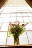 Brud- blommor i kyrka Arkivfoto