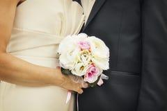 Brud, brudgum och bukett Royaltyfri Fotografi