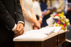Brud, brudgum och bukett i en bröllopdag Arkivfoton