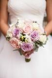 Brud- bukett av rosor med bruden Arkivfoto