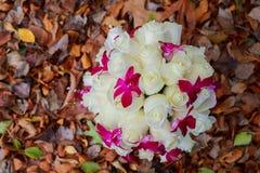 Brud- bukett av rosor på träplankor Royaltyfri Foto