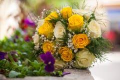 Brud- bukett av vita och gula rosor Royaltyfria Foton