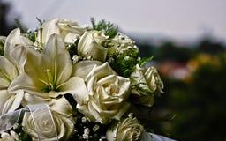 Brud- bukett av vita rosor fotografering för bildbyråer