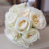 Brud- bukett från vita rosor på armstödet av soffan Arkivbilder
