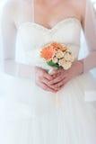 Brud- bukett i händer av bruden Royaltyfria Foton