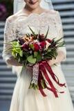 Brud- bukett i händer av bruden, brud- tillbehör, weddin Royaltyfri Foto