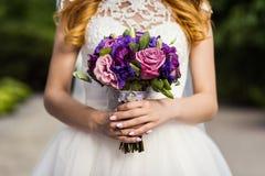 Brud- bukett i händer av bruden, brud- tillbehör, weddin Royaltyfri Bild