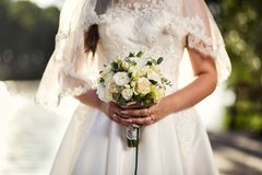 Brud- bukett i händer av bruden, brud- tillbehör, weddin Royaltyfria Bilder