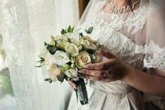 Brud- bukett i händer av bruden, brud- tillbehör, weddin Arkivbild