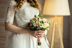 Brud- bukett i händer av bruden, brud- tillbehör, weddin Royaltyfri Fotografi