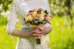 Brud- bukett i händer av bruden, brud- tillbehör, weddin Royaltyfria Foton