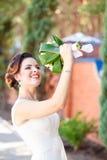 Brud- bukett i händerna av vita rosor och gräsplansidor Arkivbilder