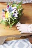 Brud- bukett med handen av en brud Royaltyfria Foton