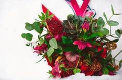 Brud- bukett med röda och burgundy färger Arkivbild